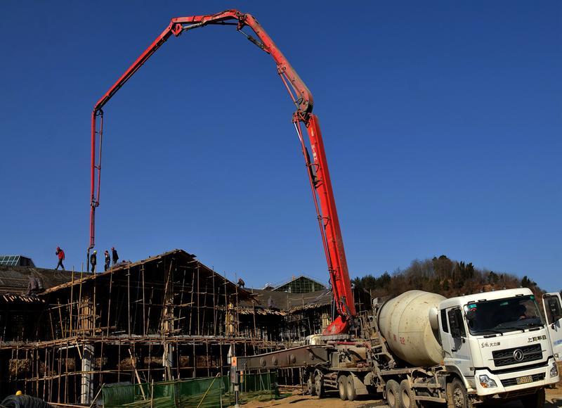 宁强县羌族文化产业博览园二期工程建设工地上 混凝土泵车正在浇筑屋顶