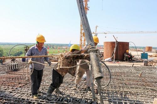 混凝土泵車澆築現場 - 嘉魚長江大橋北邊跨最後一榀箱梁混凝土順利澆築