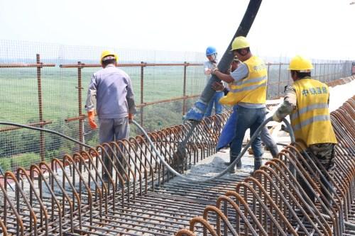 潍日高速一分部上跨胶济铁路转体桥1#块混凝土浇筑顺利完成