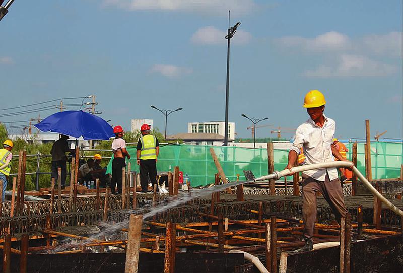 在內環高架三期青年路東延線施工現場,工人正冒著高溫施工