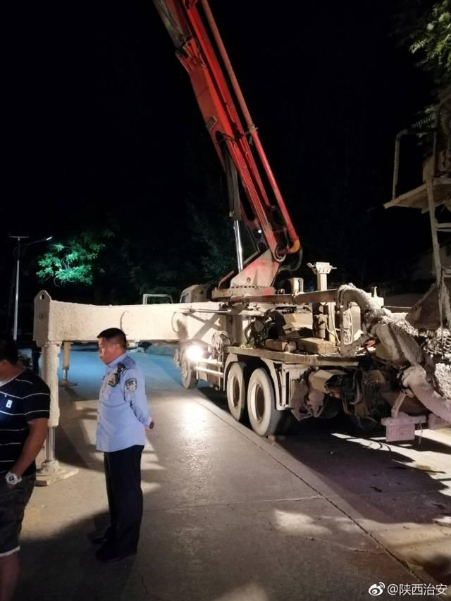 洋县有人将混凝土泵车架设在公路上 致使交通阻断