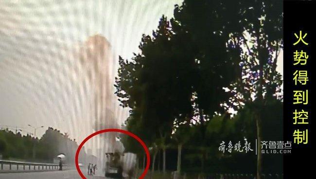 济南一辆水泥泵车窜出一米高火焰,他拎起灭火器就上