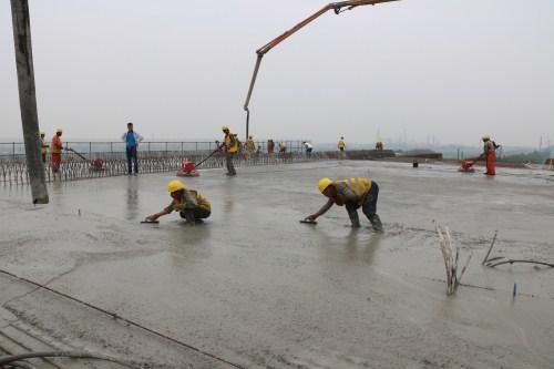 濰日高速一分部上跨膠濟鐵路轉體橋1#塊混凝土澆築順利完成