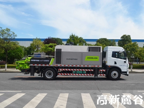 近日,中联重科全新下线的最大动力车载泵K10528驶出麓谷