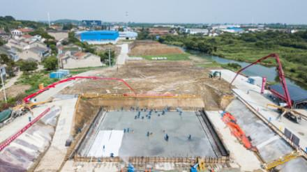 混凝土泵車澆筑現場 - 蘇錫常南部高速太湖隧道工程首節底板混凝土成功澆筑