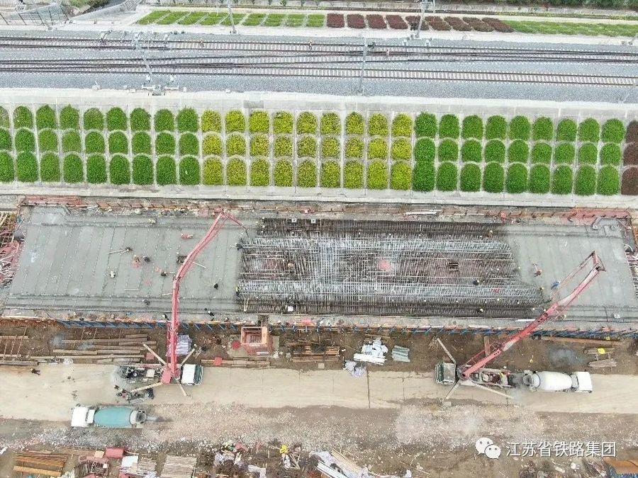 混凝土输送泵车、混凝土搅拌运输车浇筑现场 - 江苏省铁路集团:华妙河特大桥首个现浇连续梁浇筑完成