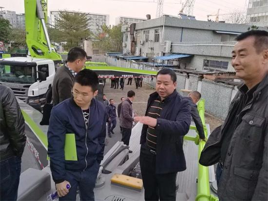 中联重科混凝土机械公司副总经理郭岗现场向客户介绍产品