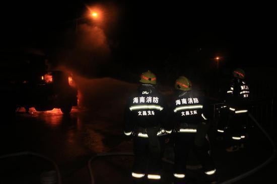 文昌文城镇一混凝土泵车车头起火 消防紧急处置