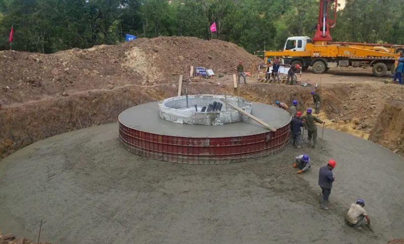 混凝土输送泵车浇筑现场 - 中擘卫星科技贵州有限公司:贵州又一风电场首座风机基础浇筑