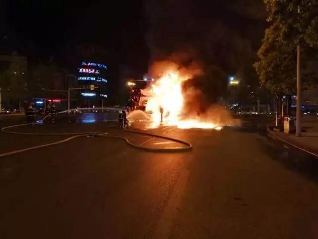 荷塘交警在接到报警后,也迅速赶到现场处置,在起火周边区域设置警戒线。