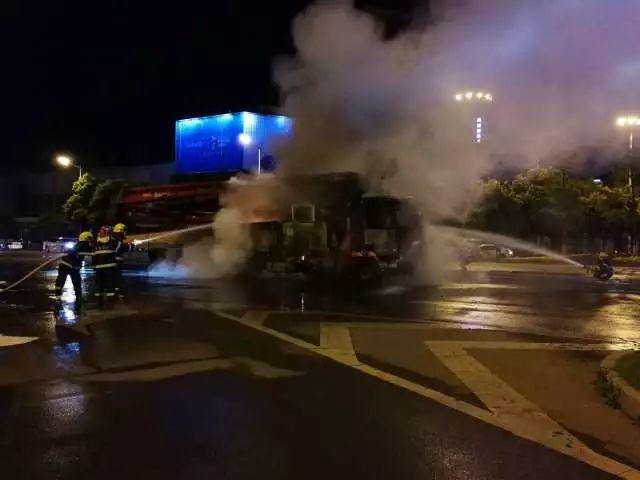 凌晨1点05分,在消防和交警的共同努力下,明火被扑灭。