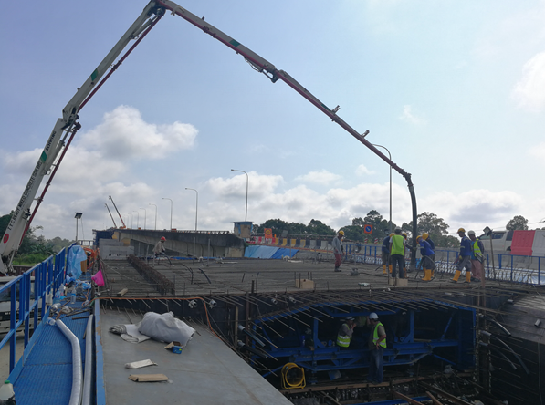 现浇混凝土_混凝土泵车浇筑现场 - 中铁大桥局六公司马来西亚拉让江特大桥首节